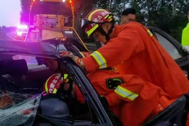 科右中旗:突降大雨引發交通事故 消防緊急救援
