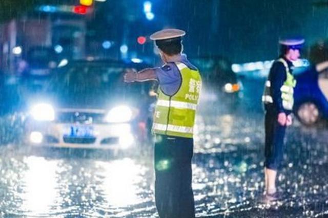 通遼市:交警大雨天全員上崗 保障交通安全