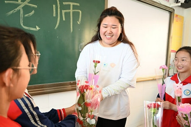 內蒙古呼和浩特市:學生感恩教師送上祝福