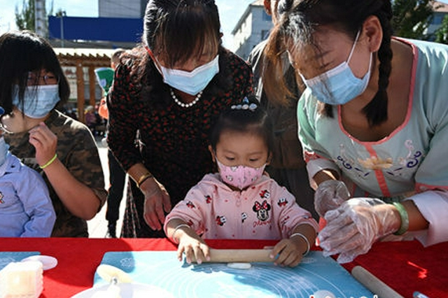 中秋佳节临近 呼和浩特市儿童体验传统民俗