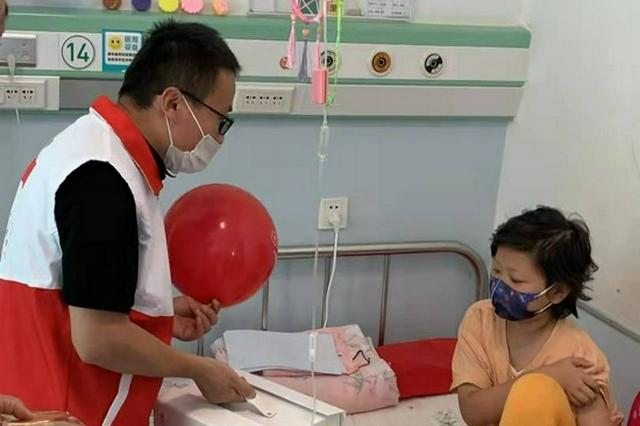 内蒙古红十字基金会看望住院治疗的大病儿童