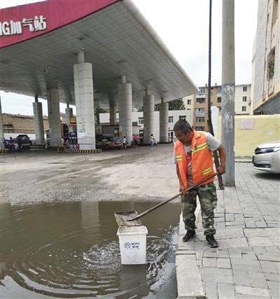 环卫工人清扫积水