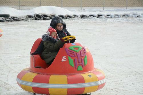 正值寒假,不少家长带孩子来游玩