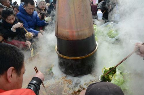 前来游玩的市民围在火锅前品尝美味