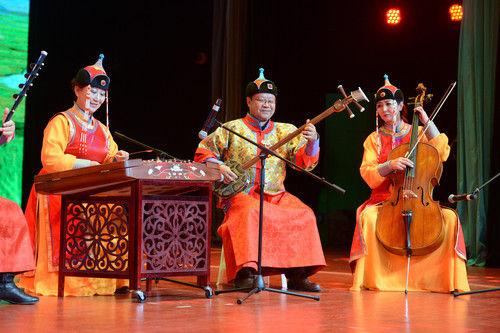 演员演奏蒙古族音乐