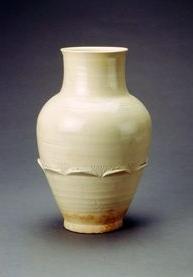 白釉划花凸莲瓣纹瓶。通体施白釉,造型典雅别致,朴素自然。