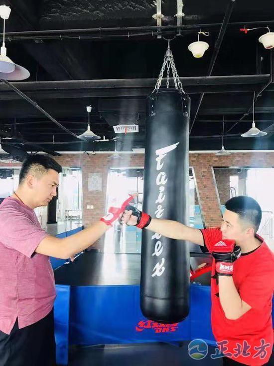 王宇(左)和蒲晓阳正在进行技能训练 摄影/孟欣