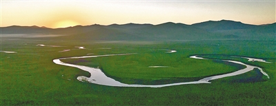 """呼伦贝尔大草原莫日格勒河,朝阳初起,轻雾环绕,河水如洁白的哈达伸向远方。(呼伦贝尔草原是内蒙古最大的草原,还是世界著名的天然牧场,有一望无际的绿色,有延绵起伏的大兴安岭,还有美丽富饶的呼伦湖和贝尔湖。地势东高西低,海拔在650~700米之间,是中国保存完好的草原,有""""牧草王国""""之称。)"""