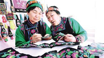 民族手工艺品加工带动贫困群众脱贫致富