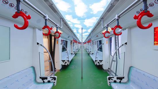 呼市地铁1号线车厢内景  朱博 摄
