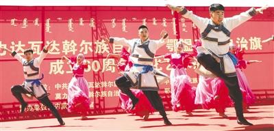 莫力达瓦达斡尔族自治旗乌兰牧骑表演民族歌舞。