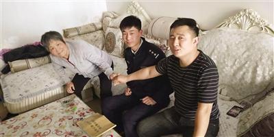 车主郑某与拾荒老大娘握手。文/本报记者 白忠义 摄影/赵 洁