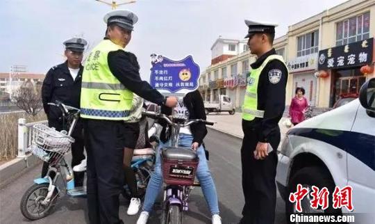 图为逆行电瓶车驾驶员接受交通安全教育。交警供图