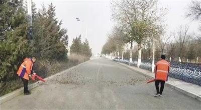 环卫工人使用道路清扫风机进行环卫作业