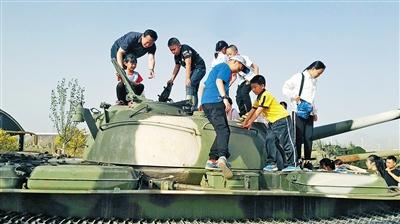 感受坦克的威力。于海东 摄影报道