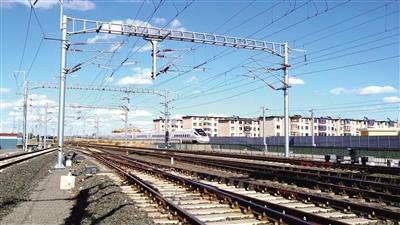 10月11日,一列和諧號高速綜合檢測列車駛過新通高鐵彰武站。本報記者 梁亮 攝