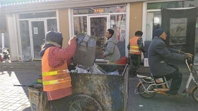 市场雇佣专门的保洁人员负责清扫和垃圾转运