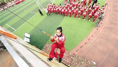 5月10日,同学们在楼宇逃生体验训练中进行滑绳逃生。本报记者 王磊 摄