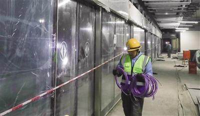 地铁站内施工的工人