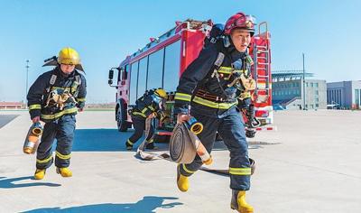 巴特尔(右)参加消防比武。丁根厚摄(人民视觉)