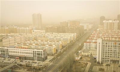 11月26日,呼和浩特被沙尘笼罩 摄影/本报记者 牛天甲