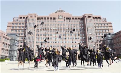 5月14日,穿着学士服的大学生们在校园里庆祝毕业。摄影/本报记者 牛天甲