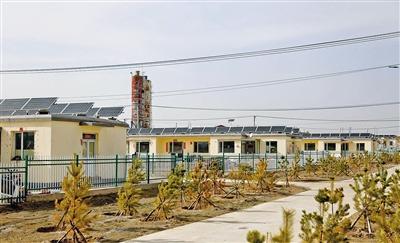 安装光伏电板后的察右后旗当郎忽洞苏木北滩移民新村一角。