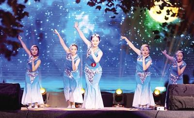 5月26日晚,内蒙古大学外国语学院的同学表演舞蹈《灵》。王磊 摄