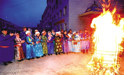 养老院里的传统祭火仪式。 白斯古楞 摄