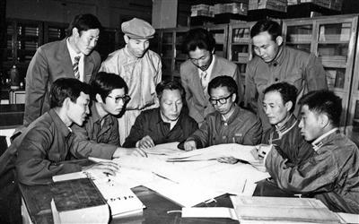 1984年8月28日,内蒙古师大蒙古语文学系研究生导师给研究生讲解蒙古语文。1978年该系翻开了内蒙古民族教育史上的培养蒙古语授课硕士研究生的新一页(资料图)