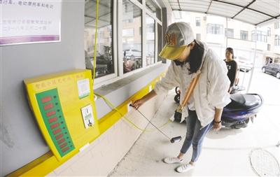 5月14日,居民在呼伦贝尔扎兰屯市繁荣街道胜利社区金粮小区为电动自行车充电。韩冷 摄