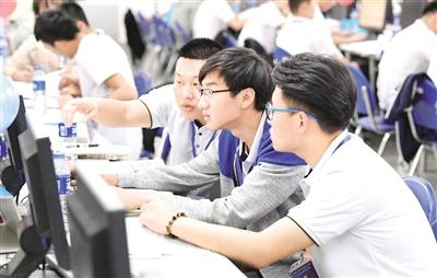 5月27日,参赛学生正在进行程序设计比赛。王磊 摄