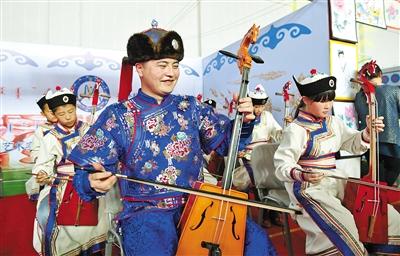 呼和浩特市和林格尔县蒙古族学校师生展示马头琴。