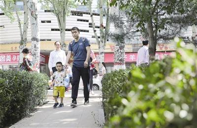 5月15日,首府市民从青城公园东侧小路走进公园。