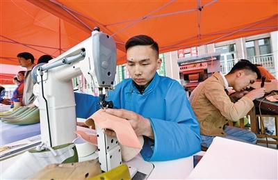 内蒙古民族工程职业技术学校同学展示蒙古靴制作技艺