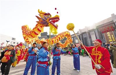 2月10日,民间艺人们在呼和浩特市玉泉区大盛魁南区北广场表演舞龙。王磊 摄
