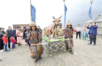 5月19日,工作人员将刚出炉的烤全牛抬出,惊艳了四方来客。王磊 摄