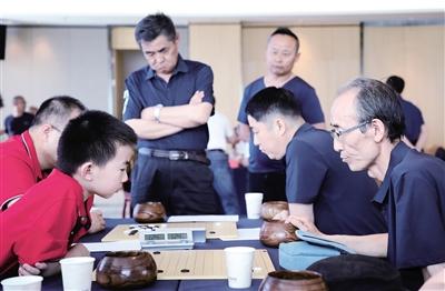 5月16日,棋手们正在进行对弈。