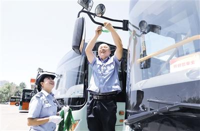6月4日,首府交警正在发放绿丝带。