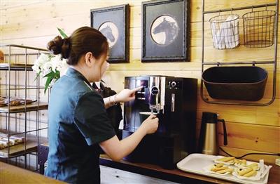 青城驿站服务人员正在制作咖啡