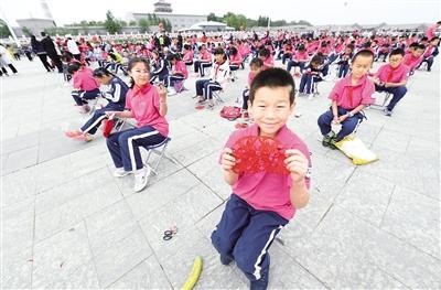 5月26日,小学生们展示自己的剪纸作品。