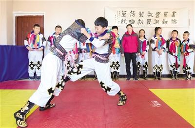 10月9日,呼和浩特市玉泉区民族实验小学学生在练习蒙古族搏克技艺。 摄影/本报记者 牛天甲