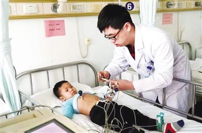 扎赉特旗胡尔勒镇查干朱日和嘎查安黎昕患先天性心脏病,在北京空军总医院做术前检查。霍明华 摄