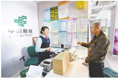 5月1日,在呼和浩特市赛罕区乌兰小区邮政支局,市民正在办理邮递业务。