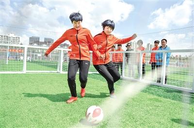 5月11日,参赛选手在进行足球趣味游戏。当日,中国足球协会五人制足球超联赛嘉年华活动在呼和浩特市举行。本报记者 王鹏 摄