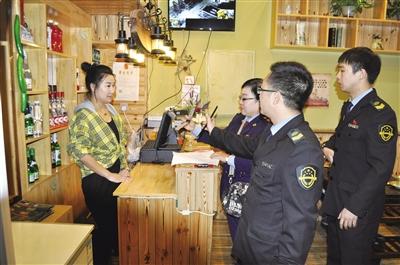 执法人员检查节前市场   摄影/本报记者 刘 睿