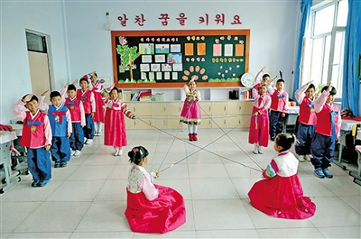 """兴安盟乌兰浩特朝鲜族学校老师用汉语教四年级学生表演诗歌朗诵""""我们快乐地成长"""""""