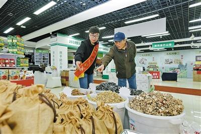 北京市民在展位前选购商品。