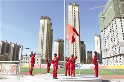 腾飞路小学举行升旗仪式