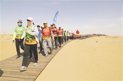 2000余人徒步体验 大漠沙水景观 本报记者 刘宏章/摄